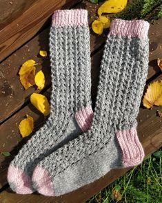 Alkuperäinen malli Novitan kesälehdestä. Tätä sukkaparia hieman muunneltu. Malli, Winter Images, Knitting Socks, Leg Warmers, Fingerless Gloves, Crochet, Accessories, Inspiration, Tricot