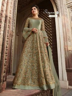 Indian Gowns Dresses, Indian Fashion Dresses, Pakistani Bridal Dresses, Indian Designer Outfits, Designer Dresses, Fashion Outfits, Bridal Anarkali Suits, Pakistani Suits, Bridal Gowns