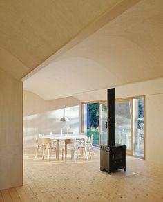 ENKELT. Furugulv og kryssfinér på veggene står i sterk kontrast til den blanke og mørke utsiden.