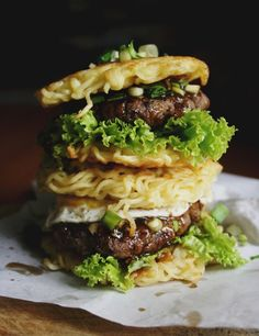 Gourmet Ramen Noodle Burger (September) 12 Sandwich Recipes You Must Try Before You Die - Snappy Pixels Ramen Burger Recipe, Ramen Recipes, Gourmet Recipes, Beef Recipes, Cooking Recipes, Tofu Burger, Gourmet Meals, Burger Food, Burger Buns