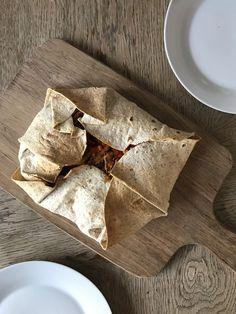 Okay, den her tortilla-calzone smagte overdrevet godt, selvom den måske ser lidt mystisk ud. Men alt skal jo heller ikke være Instagram-billede-værdigt ;)  Min kæreste og jeg så en video på Facebook forleden dag, hvor de brugte tortillapandekager, pomfritter, hakket oksekød, en masse olie o....