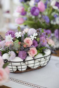 Mesa de Páscoa - decoração com toque provençal em tons de rosa e violeta - arranjos de flores em cestas com ovos - rosas, lavandas  ( Decoração: Fabiana Moura   Flores: Bothanique )