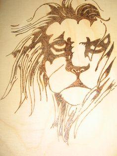 Quadro leone. Pirografato su legno.  Barbara Guarini