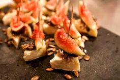 Brietrianglar med fikon, honung och rostade frön Shrimp, Snacks, Meat, Appetizers, Treats, Finger Foods, Finger Food, Hors D'oeuvres