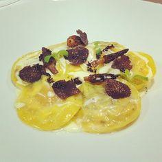 Raviolis rellenos de mascarpone, panceta y yema de huevo de codorniz con colmenillas y trufa negra. Instagram @chefdanitorres