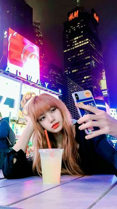 Lisa has taken a beautiful picture at new york 🗽 Kim Jennie, Kpop Girl Groups, Korean Girl Groups, Kpop Girls, Chica Cool, Lisa Blackpink Wallpaper, Lisa Bp, Black Pink Kpop, Blackpink And Bts