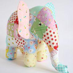 Patrón de tronco Show hace un lindo elefantes con tres estilos diferentes de tronco. ¿Qué tipo de elefante le hacen? Terminado tamaño: 25cm (10) de alto. Este listado está para un patrón de papel con instrucciones. Diseño de textil australiana.