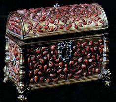 bauletto metallo trapani 16 secolo corallo..jpg