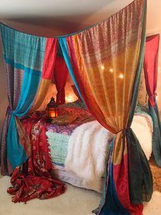 Boho Gipsy ciel de lit fait à l'ordre... prend 3 semaines Celui-ci est multicolore Rêve marocain... Les couleurs sont rouge, rose, vert foncé, or jaune, bleu, turquoise...  Lun dune sorte de beauté pour votre chambre à coucher, mariage, Garden Party, Patio, salle de méditation Hippie  Il sagit dune verrière magnifique cousue avec des saris de soie vintage... Les panneaux de sari ont la ficelle à chaque angle qui est lu en boucle sur un crochet à visser au plafond... (les crochets sont…