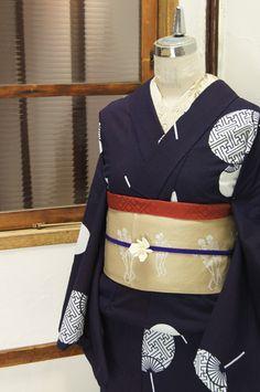 濃紺色地にきりりと映える白の団扇が粋な風情をさそう注染レトロ浴衣です。