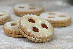 Linzeraugen - die den Namen bekanntlich vom Linzer Teig haben, schmecken das ganze Jahr und daher natürlich auch zur Weihnachtszeit.