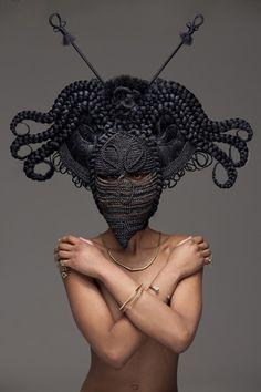 Haarige Skulptur, von Joanne Petit-Frére