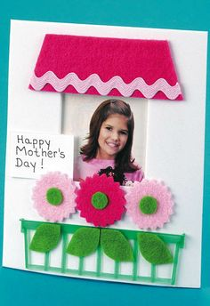 Tarjeta para el día de la madre - Cute felt flower card for Mom www.craftsnthings.com Craft of the Day