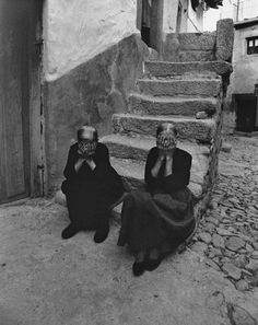 Rafael Sanz Lobato Miranda del Castañar, Salamanca, 1971 [via Le Clown Lyrique] Places In Spain, Le Clown, Photo Report, Black N White, Cool Eyes, Black And White Photography, Old Photos, Street Photography, Tumblr