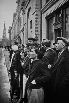 Evgeny Khaldei. The first day of the war. Moscow, June 22, 1941. October 25 Street, 12.00. Citizens listen to V. Molotov about the beginning of the war.