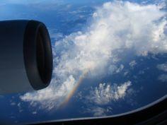◇◇ オートバックススナップ ◇◇ 当社スタッフが出張の際、機内で 撮ったナイスショット! 美しい一筋の虹がくっきりと 見えます。貴重な一枚です♫