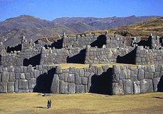 No muy lejos de la famosa ciudad Inca de Machu Picchu se encuentra Sacsayhuamán, una extraña terraplén de las paredes de piedra situado en las afueras de Cuzco. La serie de tres paredes se ensambla a partir de enormes bloques de 200 toneladas de roca y piedra caliza, y que están dispuestos en forma de zigzag a lo largo de la ladera. El más largo es de aproximadamente 1.000 metros de largo y cada una destaca unos quince metros de altura.