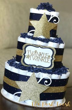 The Posh Toosh Specialty Diaper Cakes make perfect baby shower centerpieces and décor, baby shower gifts, nursery décor, and a unique and practical gift for a mommy-to-be! 3 Tier Twinkle Twinkle Little Star Diaper Cake in Navy and Gold ~~~~~~~~~~~~~~~~~~~~~~~~~~~~~~~~~~~~~~~~~~~~~~~~~~~~~~~~~~~~~~~~~ * 60 size 1 Pamper Swaddlers (8-14lbs) * All diapers can be used after cake is unassembled * Measures approximately 14 tall by 10 wide * Assembled on an 10 cake round * Wrapped in white tulle…
