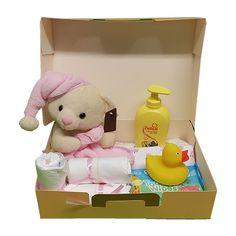 Quality Fruit Baskets. Geboortekoffer meisje     1x beer met roze muts en doek  1x Bad eend  1x Zwitsal crème zeep 300 ml  4x luier  1x Rompertje  1x Baby schoonmaakdoekjes ( 48)