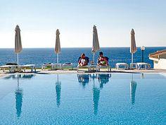 Blau Punta Reina Resort An der Ostküste von Mallorca, 5 km vom lebhaften Ort Porto Cristo entfernt, liegt das großzügig angelegte Feriendorf der gehobenen Klasse zwischen den Stränden Cala Mandia und Cala Estany. Der Strand Cala Estany ist nur über Treppen zu erreichen, für Familien eignet sich der Strand Cala Mandia