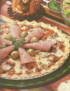 Salami and olive pizza, or is it a quiche? Scary Food, Gross Food, Weird Food, Jello Recipes, New Recipes, Favorite Recipes, Salami Pizza, Food Fails, Vintage Recipes