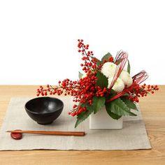 お正月の準備を考える季節になりましたね。定番の鏡餅や注連飾りに加えて、日本に古くから伝わる縁起の良い植物たちを室内に飾りませんか? センスのよいアレンジメントを縁起の由来と合わせてご紹介します!