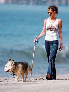 Jennifer Aniston has a perpetually amazing body. Jennifer Aniston Dress, Jeniffer Aniston, Jennifer Aniston Pictures, Celebrity Dogs, Celebrity Beauty, Jenner Family, Star Wars, Friends Fashion, Amazing Women