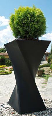 Gewoon leuk zo'n aparte bloembak. Van http://terras-pot.nl en hij heet Aquila