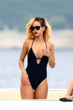 Bikini babe Rihanna in her black one-piece. Shop similar styles at ForEnvy! Moda Rihanna, Rihanna Mode, Rihanna Riri, Rihanna Bikini, Good Girl Gone Bad, Bikinis, Swimsuits, Maquillage Black, Style Rihanna
