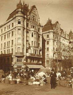 Ilyen is volt Budapest - 1910 táján, Fővám tér Vintage Architecture, Historical Architecture, Old Pictures, Old Photos, Budapest Hungary, Beautiful Buildings, Vintage Photography, Rotterdam, Historical Photos
