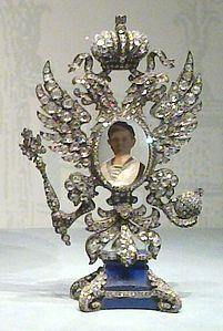 La sorpresa all'interno è un ritratto in miniatura dello carevič Aleksej in una cornice di platino a forma di aquila imperiale bicipite russa[4] sormontata dalla corona e con il globo e lo scettro dei Romanov negli artigli, tempestata su entrambi i lati con 2.000 diamanti taglio-rosetta. L'elaborato portaritratti poggia su una base di lapislazzuli e può essere rimosso dall'interno dell'uovo, dove invece riposa su un disco d'oro con inciso un rosone.