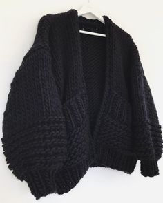 All Black 🖤 Miss Polly Cardigan, What A Beauty ✨✨✨ Knitting Blogs, Hand Knitting, Knitting Patterns, Black Knit, Foto E Video, Knit Cardigan, Knitwear Fashion, Diy Clothes, Big Knits