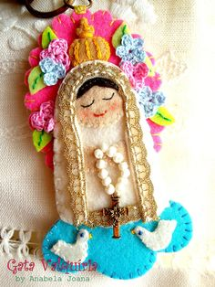 nossa Senhora de Fatima -- I know I could never actually make this, but it's so beautiful I had to save it! Felt Fabric, Fabric Dolls, Felt Christmas Ornaments, Christmas Crafts, Faith Crafts, Catholic Crafts, Felt Patterns, Felt Hearts, Felt Toys
