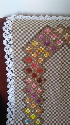 Toalha de mesa feito no tecido xadrez Técnica: Bordado ponto reto e xadrez Acabamento: crochê Sob encomenda pode ser feito na cor desejada.
