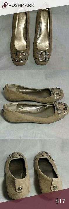 Women's BANDOLINO Slip-on Shoes Size 7.5 M Fabric & UP Upper item is in a good condition NO PETS AND SMOKE FREE HOME. Bandolino Shoes Flats & Loafers