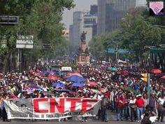 Trabajadores de la CNTE frente a la SEP en rechazo a la Reforma Educativa y en defensa de la educación pública, con casi cerca de las 20 horas, el mitin concluyó sin incidentes.