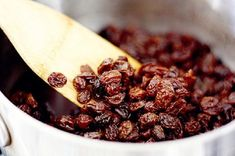 Learn how to cleanse your liver with raisins and water. Natural Cures, Natural Health, Superfood, Raisin Sec, Clean Your Liver, Baking Soda Bath, Liver Detox Cleanse, Nutrition, Calories