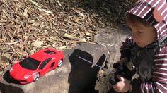Красная гоночная машинка на пульте управления