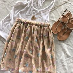 """Forever 21 floral skirt Forever 21 floral skirt with elastic waist band. Size small. Worn once. Can be worn at the natural waist or high waisted, will look great either way! Measures 19"""" front the top. No trades, offers welcome  Forever 21 Skirts Mini"""