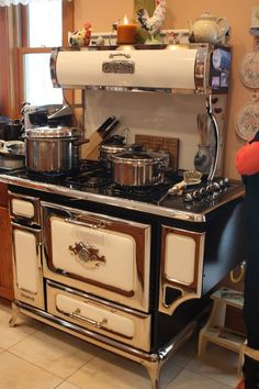 Antique Kitchen Stoves, Antique Wood Stove, Vintage Kitchen Appliances, Old Kitchen, How To Antique Wood, Rustic Kitchen, Kitchen Redo, Kitchen Design, Updated Kitchen