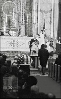 Jackie and RFK walk to their seats during the November St. Matthews Cathedral funeral service for President John F. Caroline Kennedy, Robert Kennedy, Jacqueline Kennedy Onassis, Jfk Funeral, Days In November, Kennedy Assassination, John Fitzgerald, Places To Visit, United States