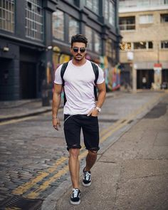 This outfit is in fact quite safe when it has to do with dressing business casual. You may also finish your outfit with comfortable sneakers. Simple Casual Outfits, Casual Shirts, Men Casual, Casual Blazer, Smart Casual, Short Jean Homme, Kleidung Design, Latest Summer Fashion, Trendy Summer Outfits