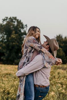 Oct 2018 - J. Smith Photography - Western Oklahoma Couples Engagement Photo Session in Sunflower Field. Western Engagement Photos, Family Engagement, Engagement Pictures, Wedding Pictures, Wedding Ideas, Western Photography, Wedding Photography Poses, Couple Photography, Country Couple Pictures