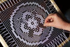 Rececsipke (necc) készül - virágos terítő. (Cross stitch. Filet lace.)