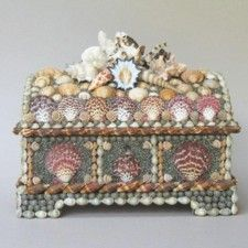2012 An unusual casket decorated with red cloak scallop shells mounted on a golden background. The lid is crowned with a cluster of mixed shells and corals. Seashell Art, Seashell Crafts, Beach Crafts, Seashell Display, Seashell Projects, Shell Decorations, Pretty Box, Trinket Boxes, Sea Shells