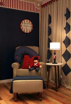 Quarto Londres de Vanessa Guimarães tem cores da bandeira britânica em papel de parede, prateleiras e soldado da guarda de Buckingham