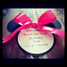 OMG, I have to make these for my Baby shower, minnie mouse invitation. Goes perfectly with my theme!