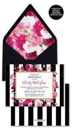 Hermosa invitación en blanco y negro con flores en tonos rosados.