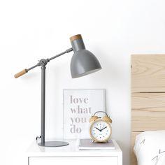 Liv, una lámpara de mesa a la que no te vas a poder resistir. Metálica, en dos preciosos tonos, perfecta para un escritorio o mesita de noche. Disponible en dos colores, menta y gris. #style #kenayhome #decor