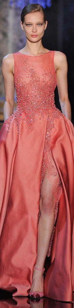Elie Saab otoño 2014-2015 vestido de color salmón sin mangas con glitter y abertura en el muslo.